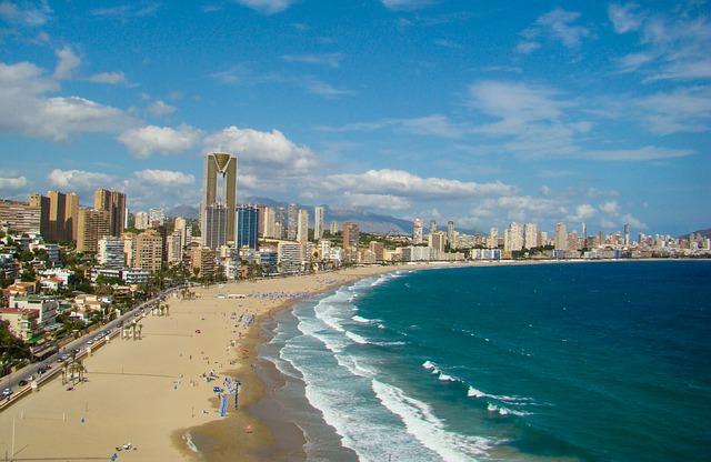 Solig spansk strand
